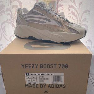 Yeezy Boost 700 V2 Cream/Cream/Cream - 6M/7-7.5W